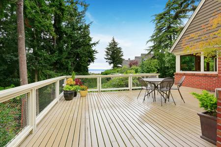 Patio und Sitzecke auf geräumige Ausstand Deck mit Blick auf die Bucht Lizenzfreie Bilder