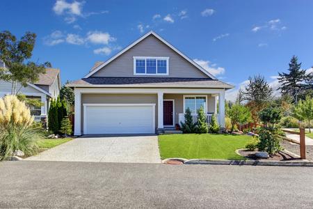 Huis exterieur met garage en oprit. Mooie voortuin landschap tijdens de zomer in de staat Washington Stockfoto