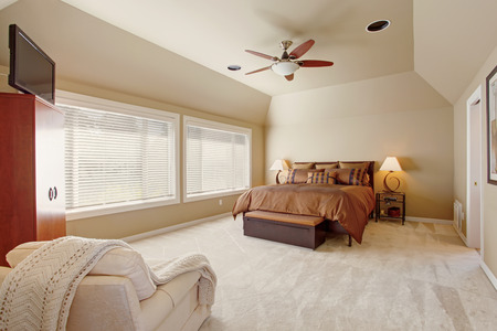 master bedroom: Comfort master bedroom interior with high vaulted ceiling. Beautiful queen size bed in brown color