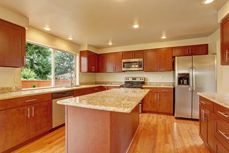 明るい木製キャビネット製の電化製品、花崗岩のキッチン。キッチン ルーム、キッチン島 写真素材