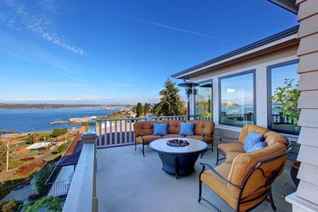 Gemütliche Terrasse mit Komfort Sofas und Feuerstelle. Deck mit Blick auf Puget Sound. Tacoma, WA Lizenzfreie Bilder