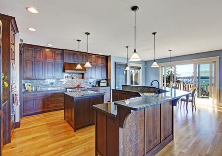Luxe keuken met donker bruine opslag combinatie, kleine keuken ...
