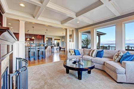 Luxe huis met een open plattegrond. Gezellige woonkamer in lichte tinten met een comfortabele bank en een salontafel Stockfoto