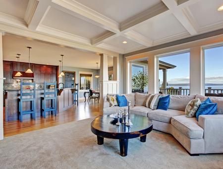 Luxushaus mit offenen Grundriss. Gemütliches Wohnzimmer in hellen Tönen mit bequemen Sofa und Couchtisch