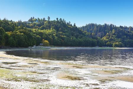 puget sound: Scenic spiaggia privata con vista Puget Sound e verde collina, Burien, WA