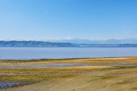 puget sound: Scenic spiaggia privata con vista Puget Sound e le montagne skyline, Burien, WA Archivio Fotografico