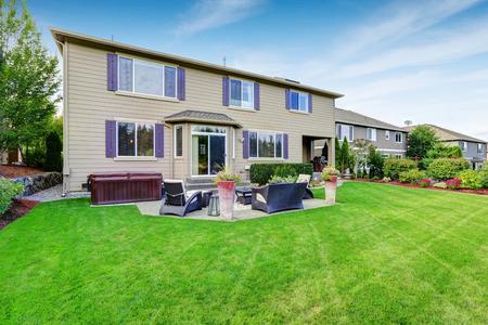 Luxe huis buitenkant met indrukwekkende achtertuin landschapsontwerp en patio Stockfoto