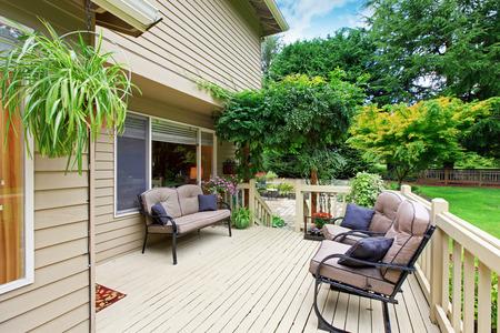 wooden ausstand deck mit sitzecke mit blick auf hinterhof landschaft photo - Hinterhof Landschaften Bilder