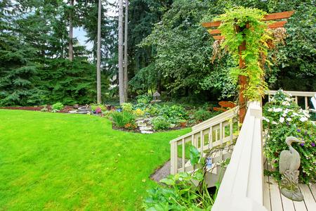 wooden ausstand deck mit treppe mit blick auf hinterhof landschaft photo - Hinterhof Landschaften Bilder