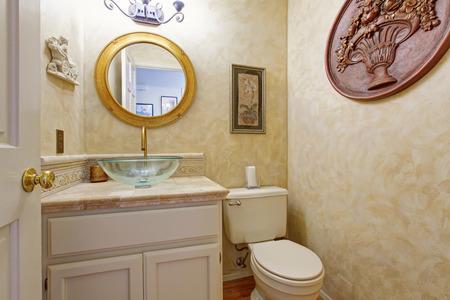 vessel sink: Cuarto de ba�o en tono cremoso. Blanco mueble de ba�o con lavabo recipiente de cristal y espejo redondo
