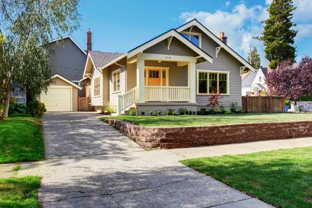 Haus außen mit Vorgarten Landschaft. Weiß Eingangsportal mit Geländer und orange Eingangstür Lizenzfreie Bilder