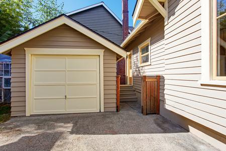 차고 및 차도와 집 외관입니다. 판자 사이딩 트림
