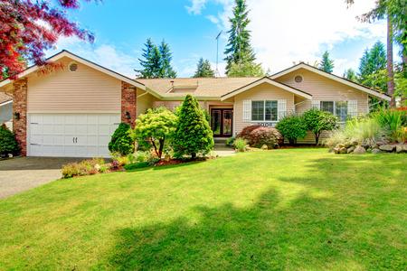 House exterior with entrance porch. Beautiful front yard landscape Standard-Bild