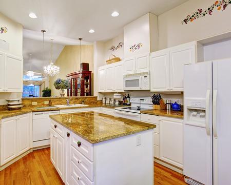contadores: Nueva cocina hermosa con encimeras de mármol y pisos de madera.
