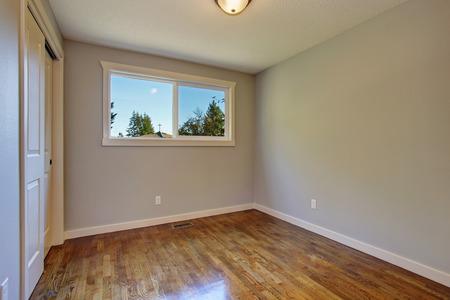 simplistische hardhout slaapkamer met geweldige verlichting en een