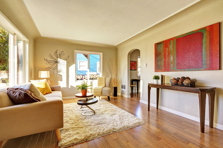 나무 바닥과 황갈색 소파 밝은 거실.