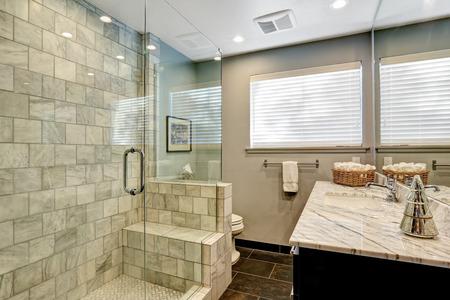 bathroom: Blanco y gris Interior de lujo del cuarto de baño de mármol.