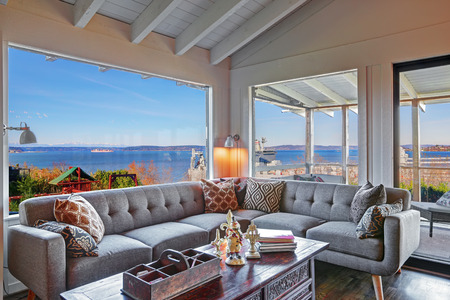 Wohnzimmerecke mit großen grauen Sofa, schöne Parkett und Gewölbedecke.