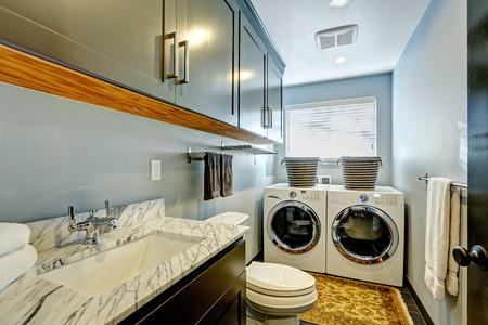 lavanderia: Pequeño cuarto de baño ideal con lavadora y secadora. Foto de archivo