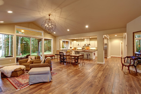 silla de madera: Comedor bien iluminado con sala de estar conectado con un montón de decoración.