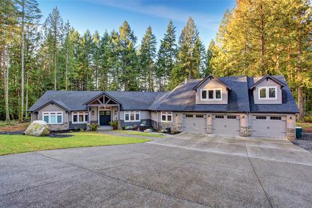 私道、駐車場付きの美しい大きな家。 写真素材 - 41629870