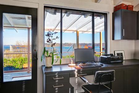 고전적인 미국 스타일의 밝은 아름다운 홈 오피스 인테리어 디자인.