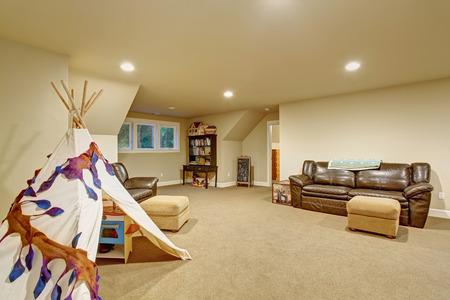 Große childerns spielen Zimmer mit Teppich und Fenster.