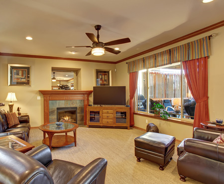 muebles de madera: Beautiful living room with nice decor and fireplace.