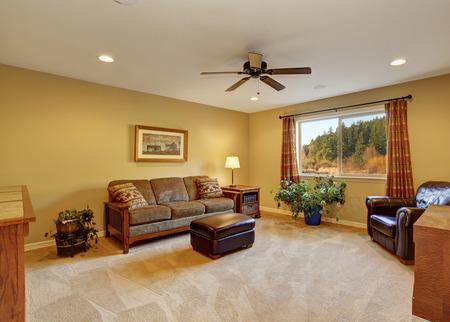 Großes Familienzimmer mit Sofa und Teppich.
