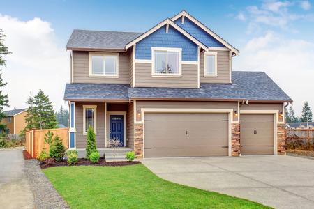 Schöne traditionelle Haus mit Garage und Einfahrt. Lizenzfreie Bilder