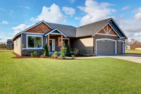 산책로와 잔디의 제비를 가진 큰 현대 집.