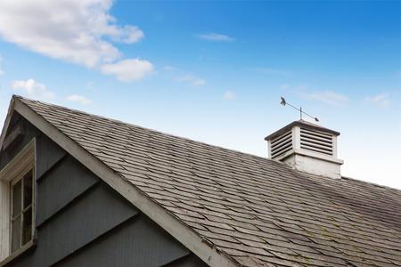 hezk�: Lovely střecha s směrů větru. Reklamní fotografie