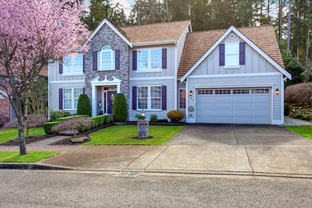 最先端の美しいスタイル、緑の芝生も美しい通路とホーム。