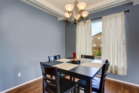 muebles de madera: Habitación simplista comedor con paredes grises, y el conjunto de silla de mesa negro.