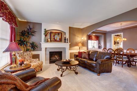 完璧な装飾が施されたエレガントな家で伝統的なリビング ルーム。 写真素材
