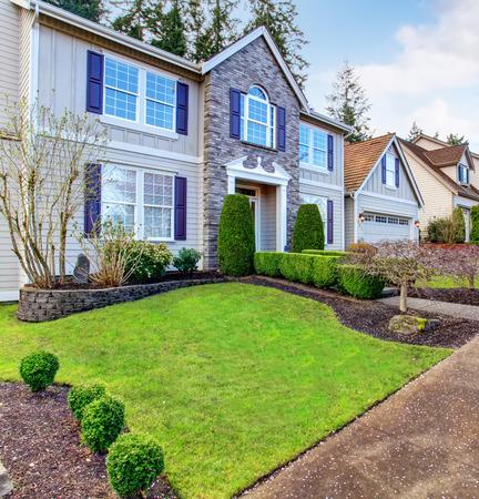 Stand der Technik zu Hause mit schönen Stil, auch grüne Gras, und einer schönen Gehweg. Standard-Bild - 43014192