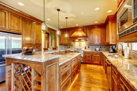Brilliant Küche mit gebeiztem Holz Schränke und glänzend Theken.