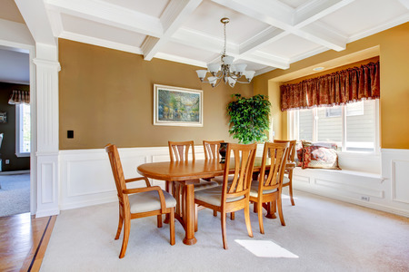 dinning room: SImple dinning room with white carpet and beige walls.