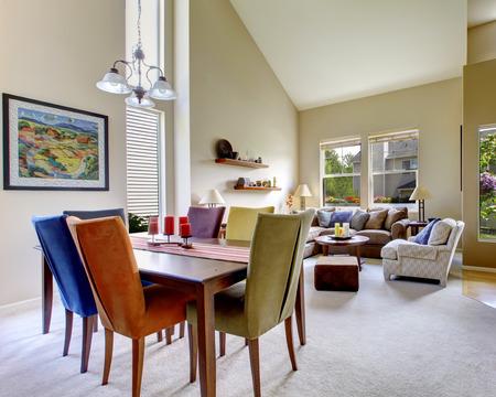 hermosa sala de estar con una decoración brillante y colorido.