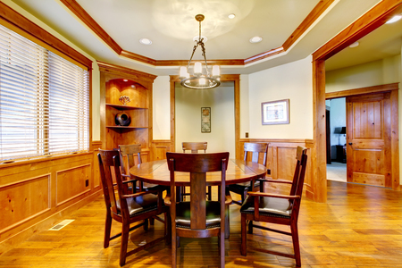 dinning room: Nice dinning room with a great table and hardwood floor.