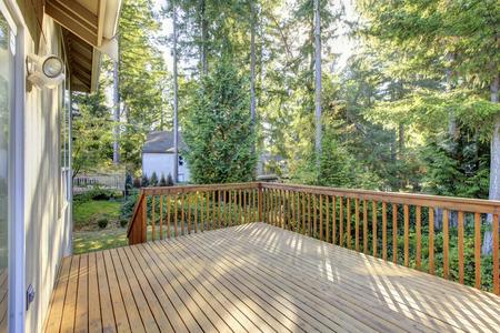 Schöne Holzterrasse mit Raum und die schöne Landschaft,