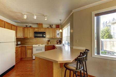 Cucina tipica americana con elettrodomestici bianchi.