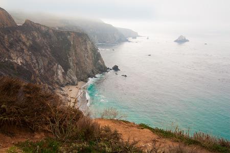 alga marina: Hermoso mar azul brillante, el océano y las nubes hinchadas blancas, a lo largo de acantilados escarpados empinadas Foto de archivo