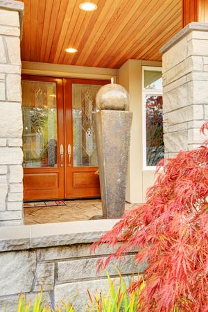 Porche D'Entrée De La Maison De Luxe Avec Garniture De Colonne De