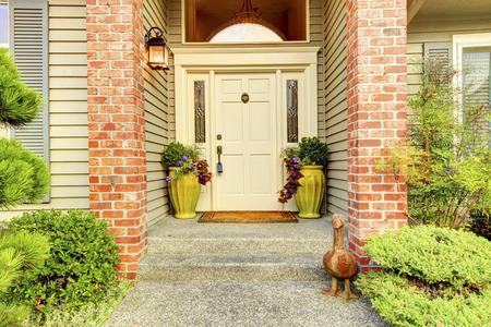 Grande bella anni novanta casa classica ingresso Exter con couns mattoni e porta bianca.