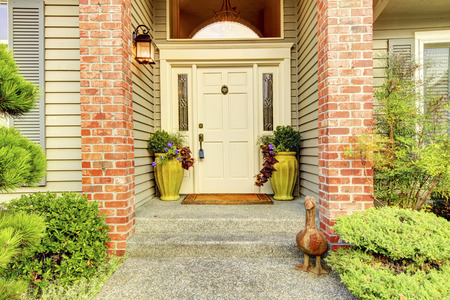 portada: Grande y hermosa ninties Inicio clásico Exter entrada con couns de ladrillo y puerta blanca. Foto de archivo