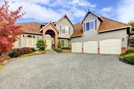 Große schöne Klassische Neunziger nach Hause exter mit Zedernholz Dach in Nordwesten der USA.
