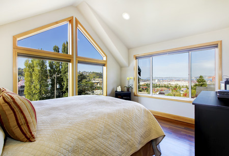 vaulted ceiling: Shiny and bright bedroom with vaulted ceiling and beautiful view