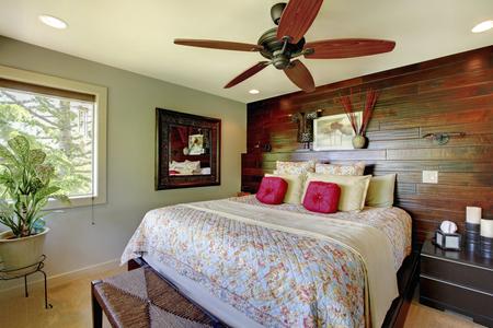 나무 액센트 벽 우아한 고급 침실입니다. 멋지게 꾸며진 인테리어 디자인.
