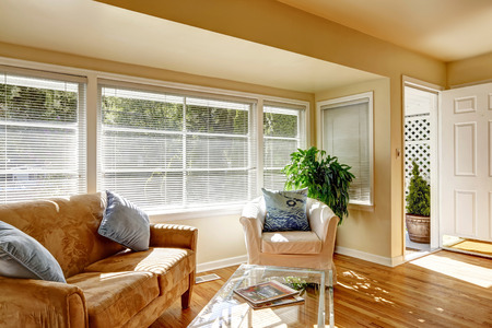engeneering: Living room with hardwood floor and opened white enterance door